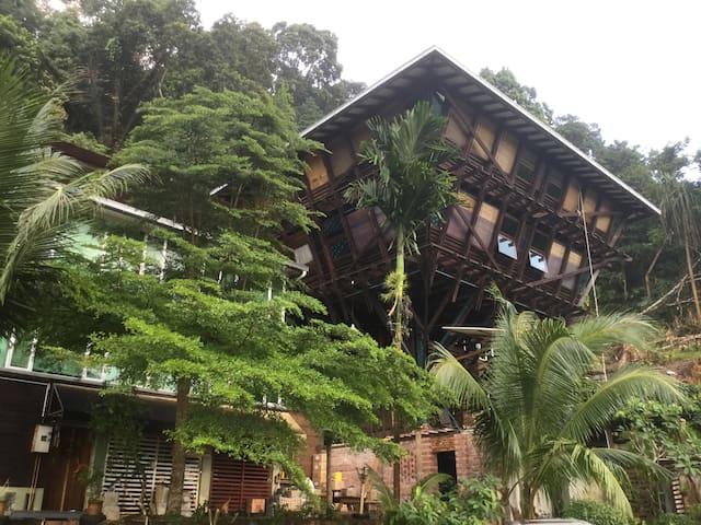 DIKAKI | Gunung Raya Towerhouse II