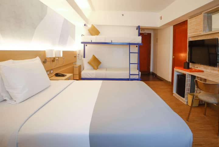 Vibrant Room Double Bed At Pasay