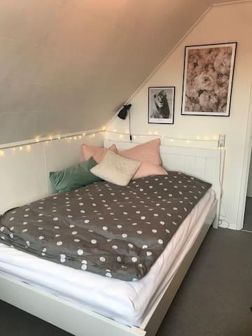 Værelse med 140 cm seng