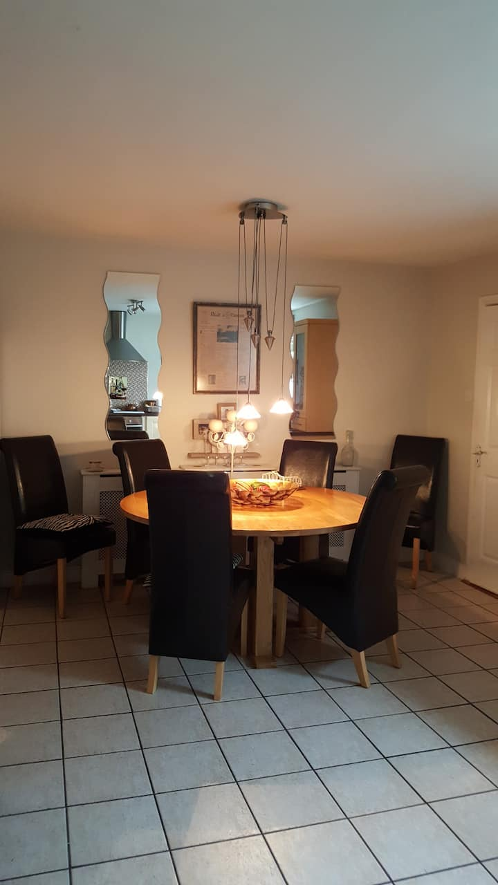 Cosy townhouse, Skibbereen town .6km from beach.