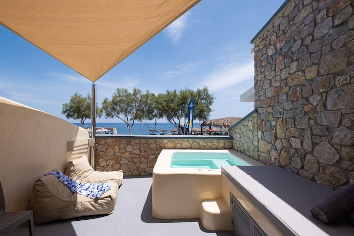 Cyclops Beach Apartment with a private hot tub no1