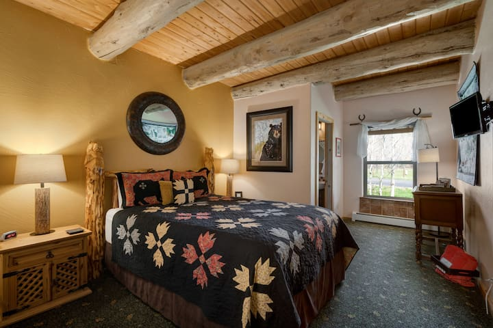 Oso Suite of Mariposa Lodge Bed and Breakfast