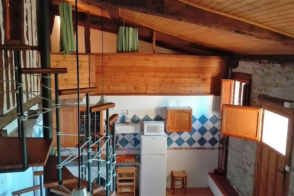Escalera de acceso a planta superior y habitaciones abuhardilladas