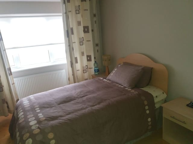 Spacious double room near town centre.  Sun-Thurs