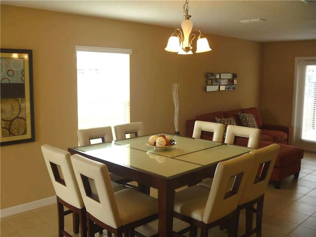Orlando - Deluxe Vacation Rental - 8 Guests - 3 BR