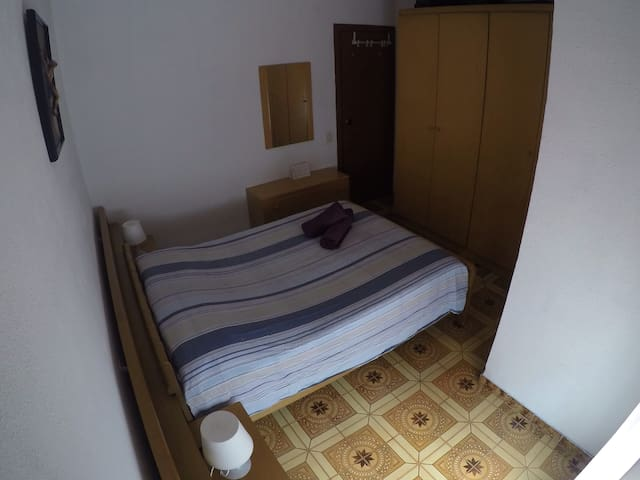 NICE ROOM, 20MIN TO THE CITY CENTER - Barcelona - Apartment