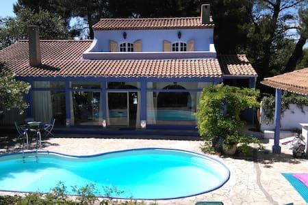 2 chambres, terrasse, dans Romantique Maison Bleue - Saint-Mitre-les-Remparts