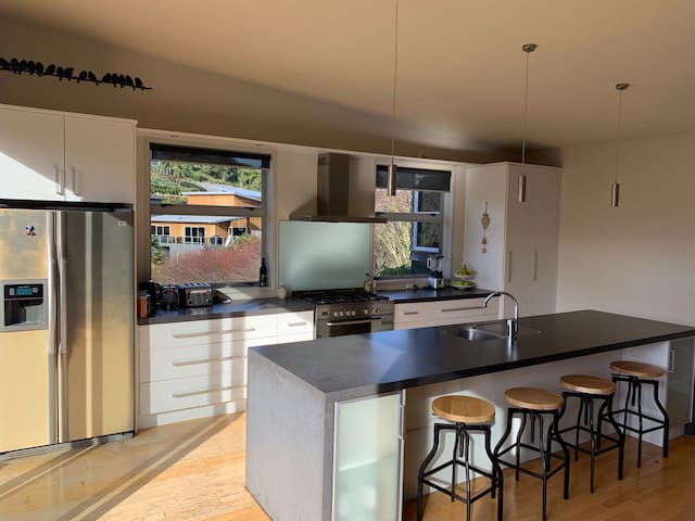 Entertainment kitchen , 5 hob gas cooking , ice maker.