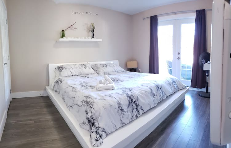 3 Bdrm Suite 1100 sq.ft, Jacuzzi,Gym,sleep 8