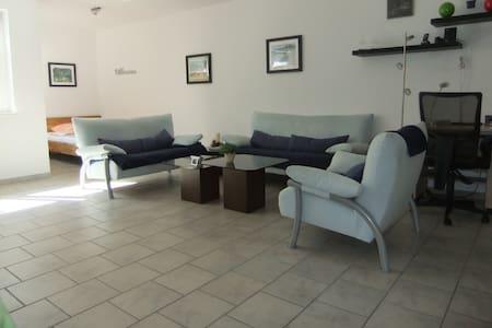 Modern möbliertes  50 qm Souterrain-Apartment - Sankt Augustin