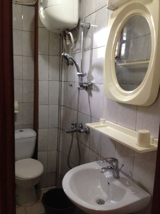 private bathroom with hot water/Douche avec chauffe-eau