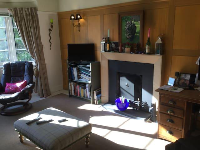 Spacious artist's flat near beach & town centre