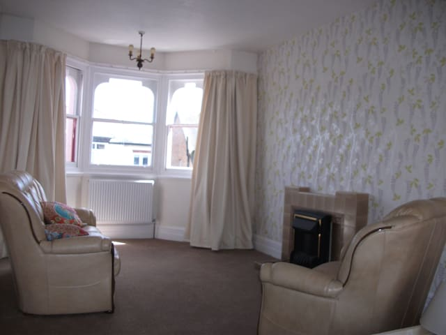 Large Bright airy bedsit/suite-Walk to beachfront - Clacton-on-Sea - Casa