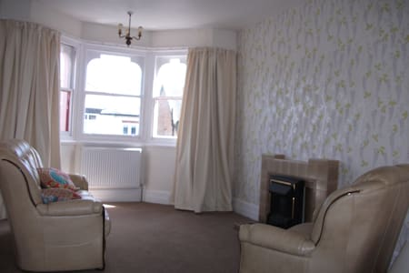 Large Bright airy bedsit/suite-Walk to beachfront - Clacton-on-Sea - House