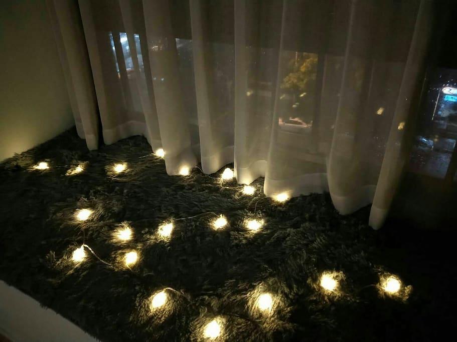昏暗的灯光,柔软的地毯,坐在飘窗,跟好友说说近况,跟爱人说说情话。