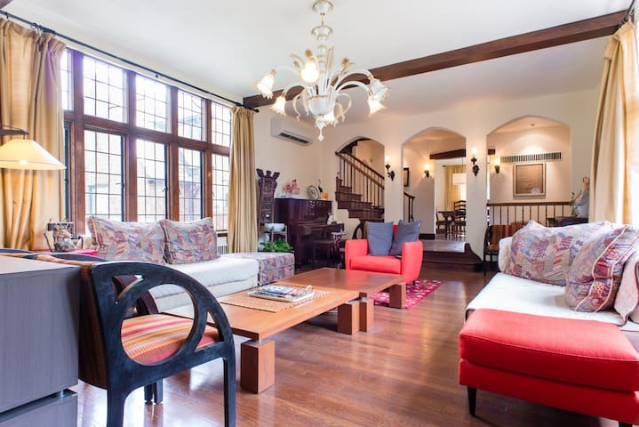 Gracious Village Tudor, easy public transit! - Newton - House