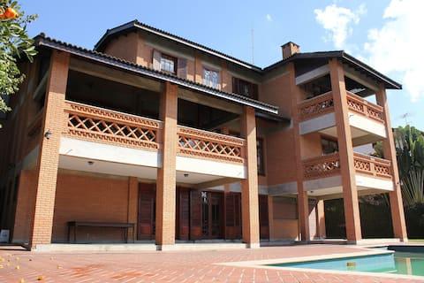 Aconchegante casa rústica na Granja Viana