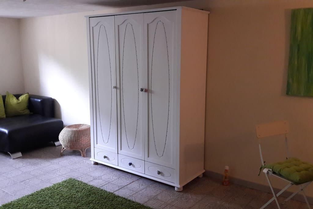 zimmer 32 qm mit eigenem badezimmer eingang h user zur miete in kassel hessen deutschland. Black Bedroom Furniture Sets. Home Design Ideas