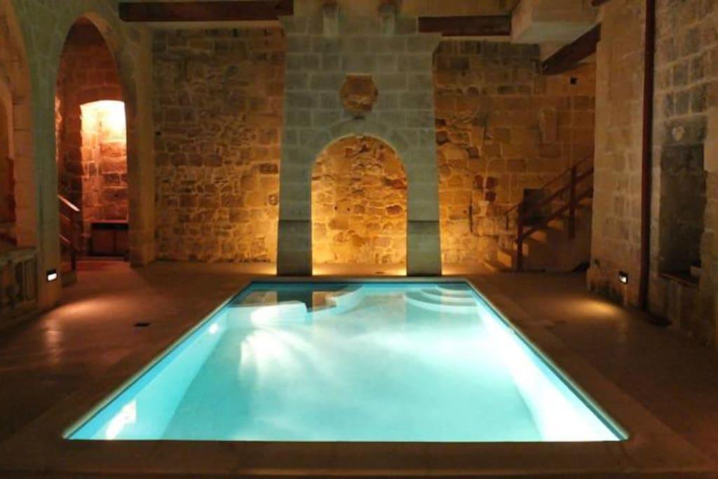 pool area wit jacuzzi