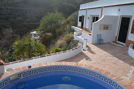 Huis in de natuur met zwembad en zeezicht. - Jete