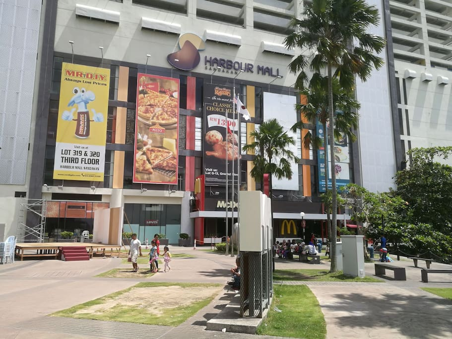 shopping mall just 1 minute walking distance. McDonald's is inside☺