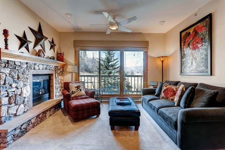Lovely ski-in/ski out condo with gas fireplace and shared pool & hot tub access!