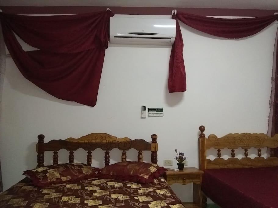 Habitación independiente con 2 camas dobles, aire acondicionado y baño privado