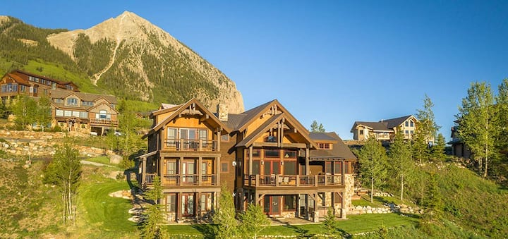 NEW! Quintessential mountain home, 4BR/6BA panoramic views, ski in/ski out, hot tub, sleeps 14