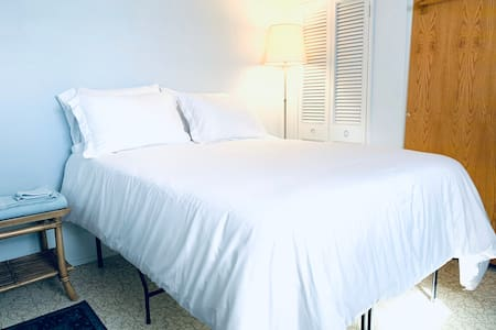 Clean and simple room near Midway Airport