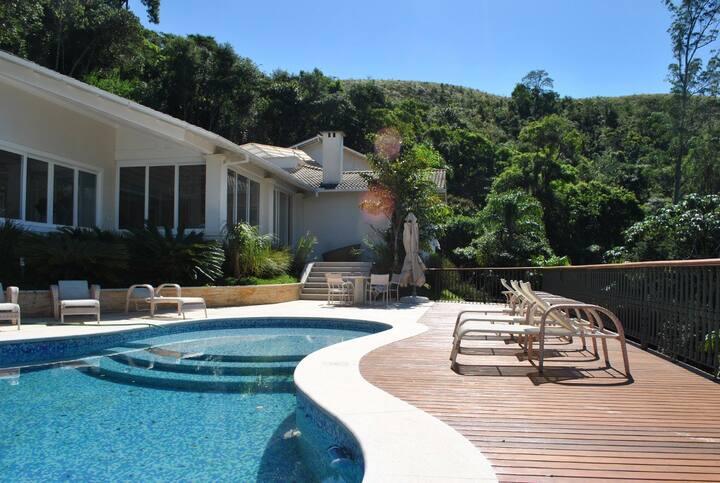 Magnífica residência na Granja Brasil