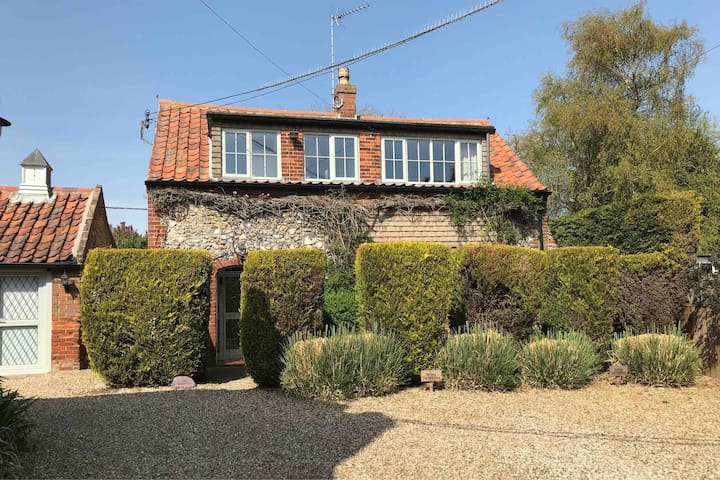 The Hideaway, Sculthorpe 3 bed cottage heated pool