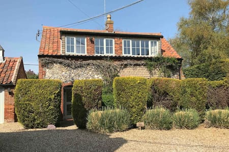 Cosy 3 bed cottage with pool (heated and private)