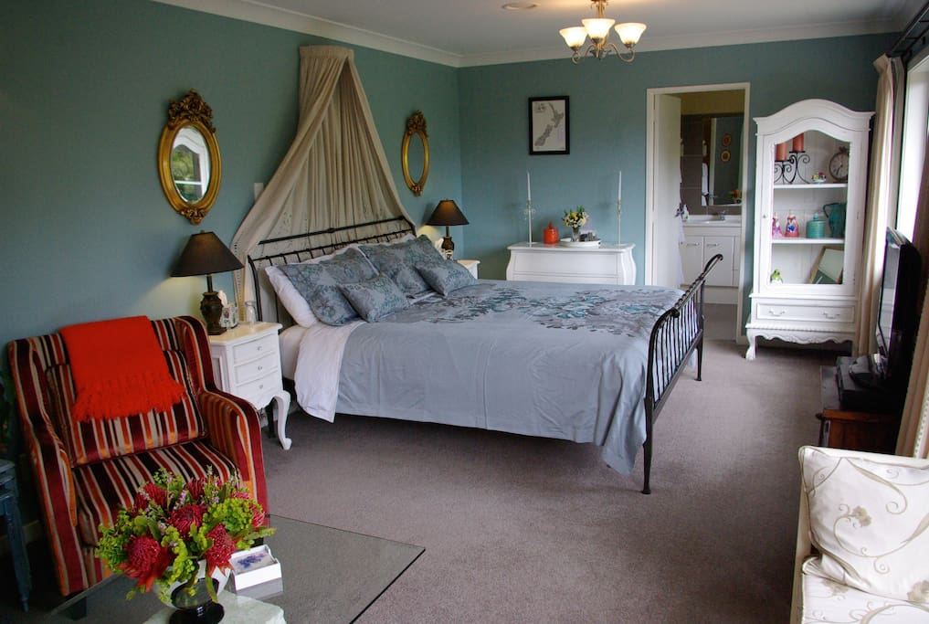 Aratiatia room - en-suite, private deck, separate access, garden