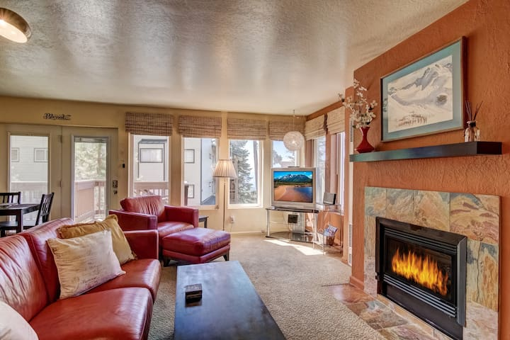 Cozy 1BR/1BA Mountain Retreat w/Peep Lake View!