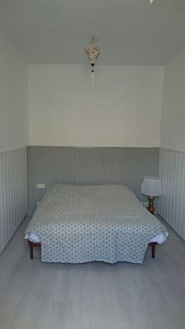 chambre 2 lits 1 personne côté rue grande fenêtre