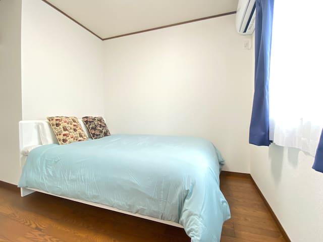 【2階】寝室2 ダブルベッド1台。お部屋は明るく寝具は清潔、1日の疲れを癒せます。
