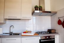 The kitchen with oven and dishwasher. La cucina con forno e lavapiatti