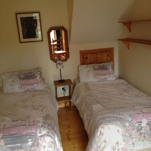 Large Twin Room with Breakfast Wifi & Parking