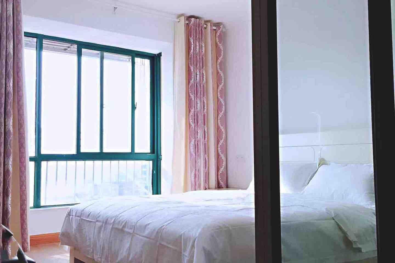 宽敞明亮的房间、舒适柔软的大床