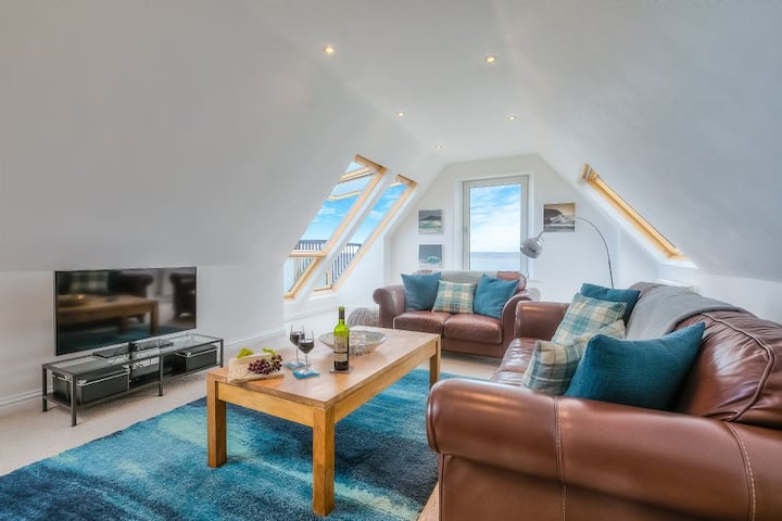 Trevail Penthouse - Fabulous Sea Views - Sleeps 4 - Parking