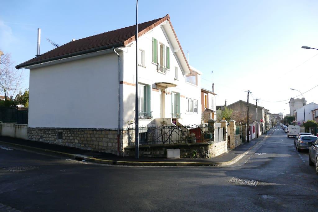façade de la maison situer un coin de rue sans unique.