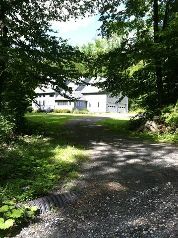UPSCALE BERKSHIRE HOME - 2 B/B; AC; COTS in STUDY - Becket - Hus
