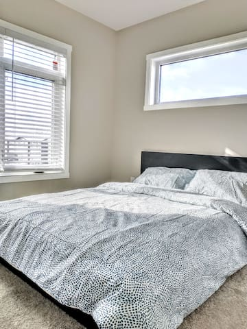 Room C, Sunny New Home, Close to Airport, Highway