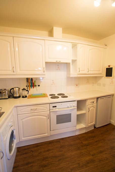 Fully equipped kitchen. Tea, hot chocolate and coffee are supplied, as well as fresh juice and milk.