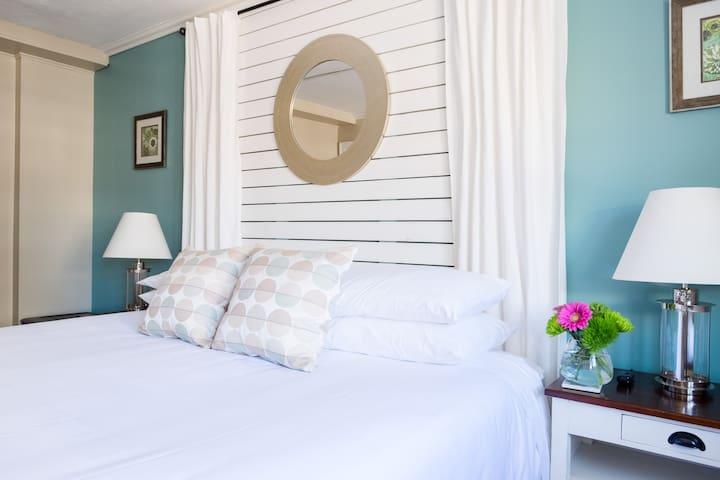 Charming King Room - Woods Hole Inn
