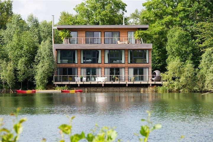 White Willow Lodge Lakeside Villa in Cotswolds