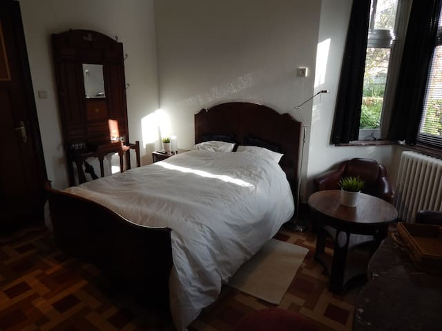 "Bed & Breakfast ""Les Remparts"" - Binche - Bed & Breakfast"