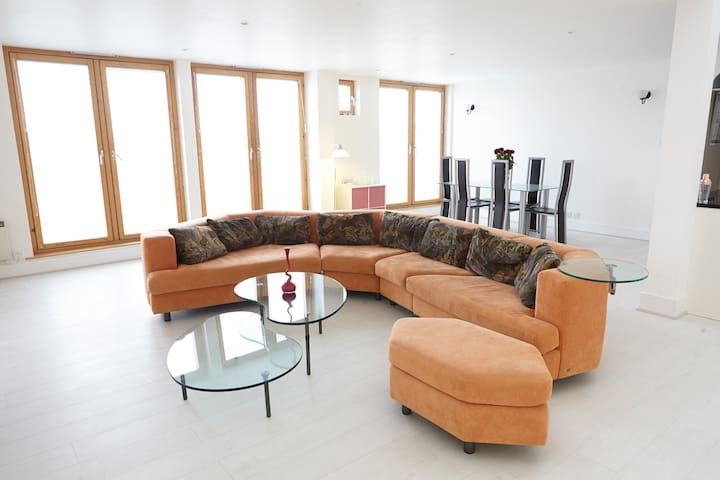 Huge Top Floor Penthouse Flat in Epsom Town Centre - Epsom - Appartement