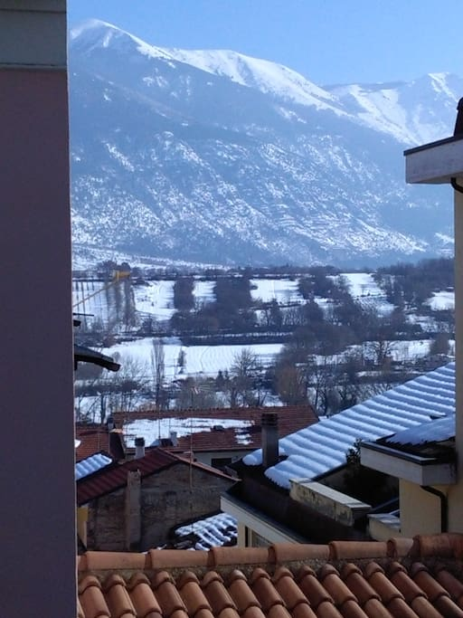 La splendida vista sul Monte Morrone dal balcone della camera da letto. Inverno