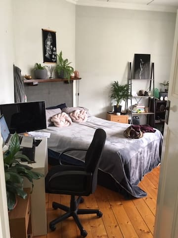 Large room in beautiful Brunswick West home!